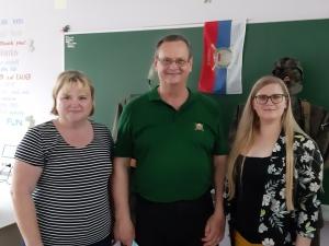Učiteljici Alenki Stopar in Heleni Klančnik ter predsednik OZVVS Zasavje Božo Majcen